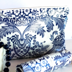 Pretty Oilcloth Zippered Makeup Case With Matching Brush Holder – FREE SHIPPING ON ALL ITEMS!